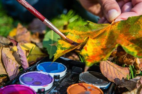 Herbstbasteln: Blätter bemalen