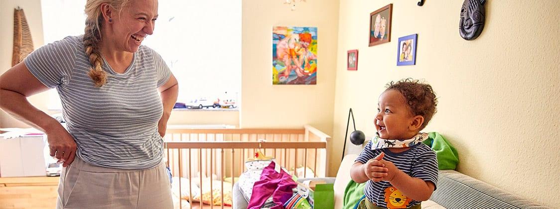 Silja und ihr Baby auf Produkt-Entdeckungsreise