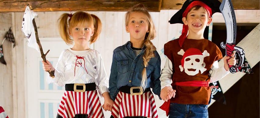 Kinder mit Piratenspielzeug