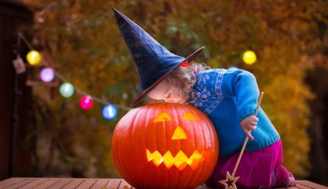 Wie bastle ich Halloween Einladungen mit Kindern?
